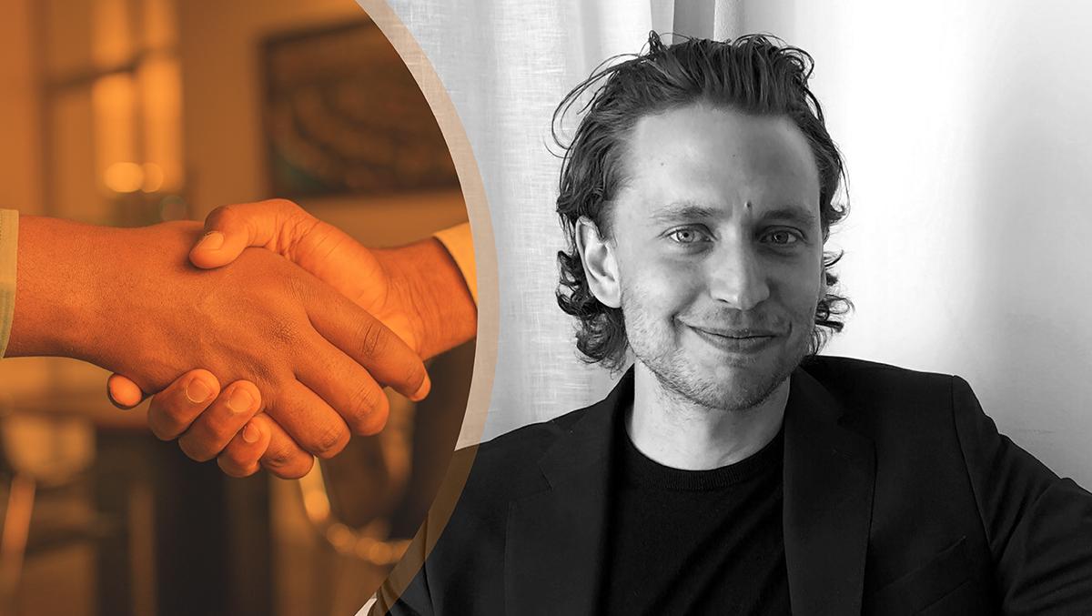 Till vänster en orangetonad bild på två händer som skakar hand, till höger en svartvit bild på Erik Kamp.